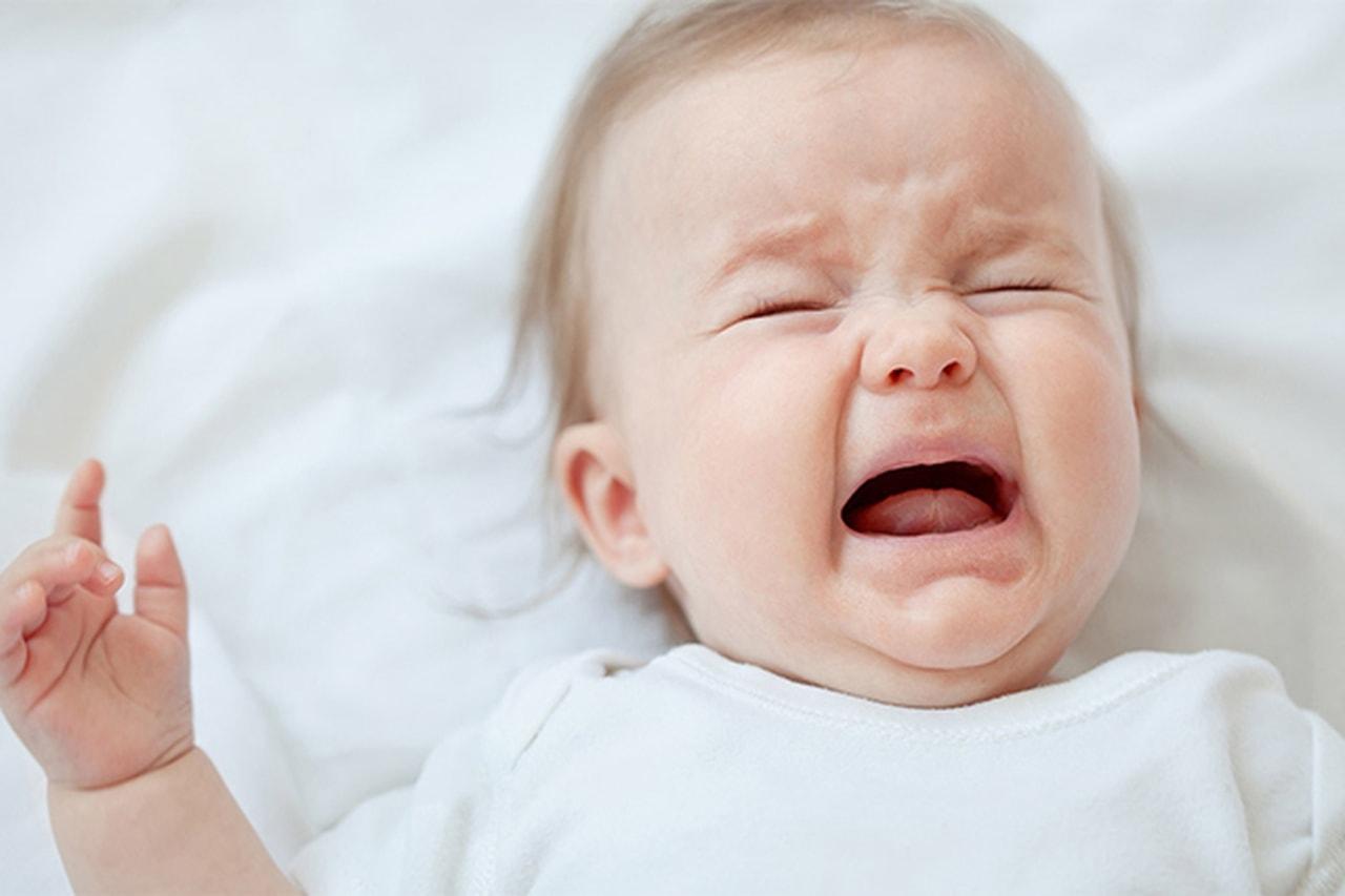 أطفال حديثي الولادة يبكون