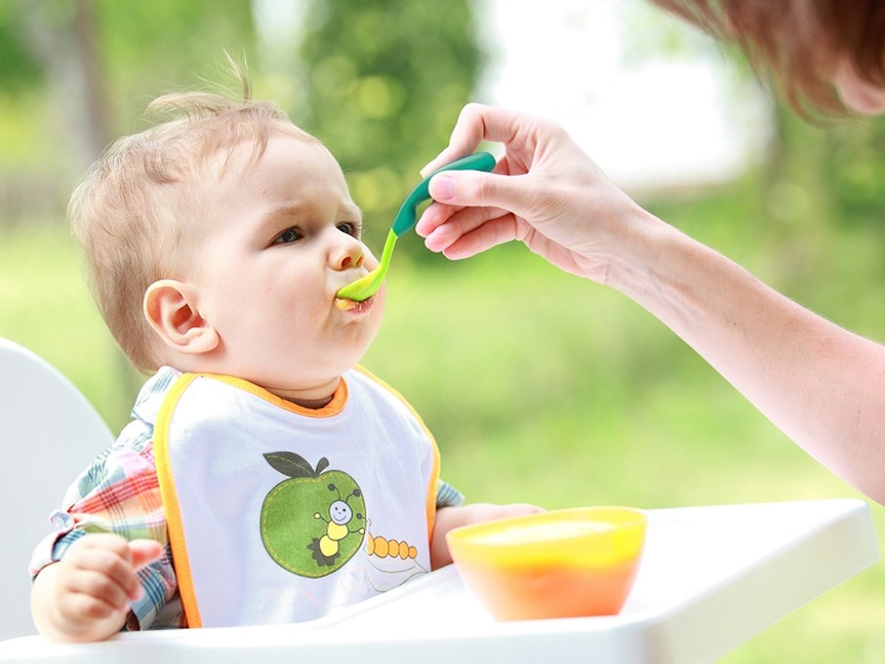 تغذية الطفل الرضيع في الشهر السادس