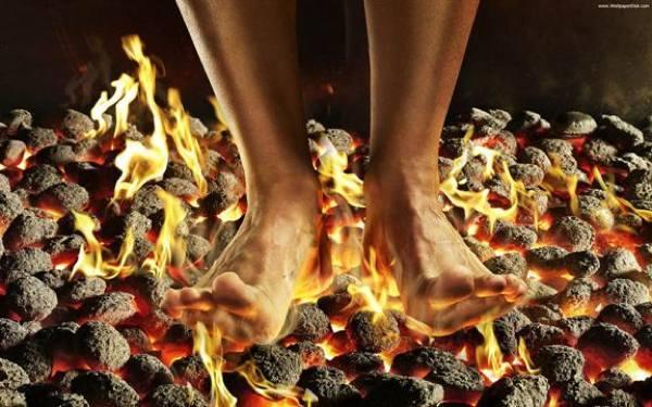 تقاليد عادات  الهند بالصور Walking-on-fire-med