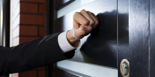 تفسير حلم شخص يطرق الباب للعزباء مفهرس