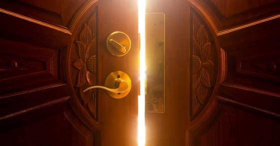 سماع صوت طرق الباب في المنام