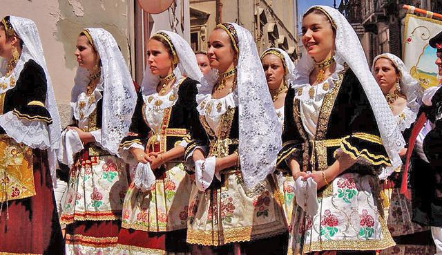 الزي الايطالي التقليدي للنساء Nacionalnij-kostyum-italii-foto