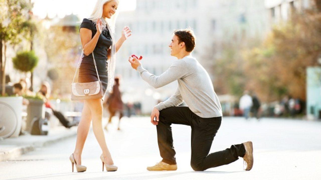 علامات رغبة الرجل بالزواج منك