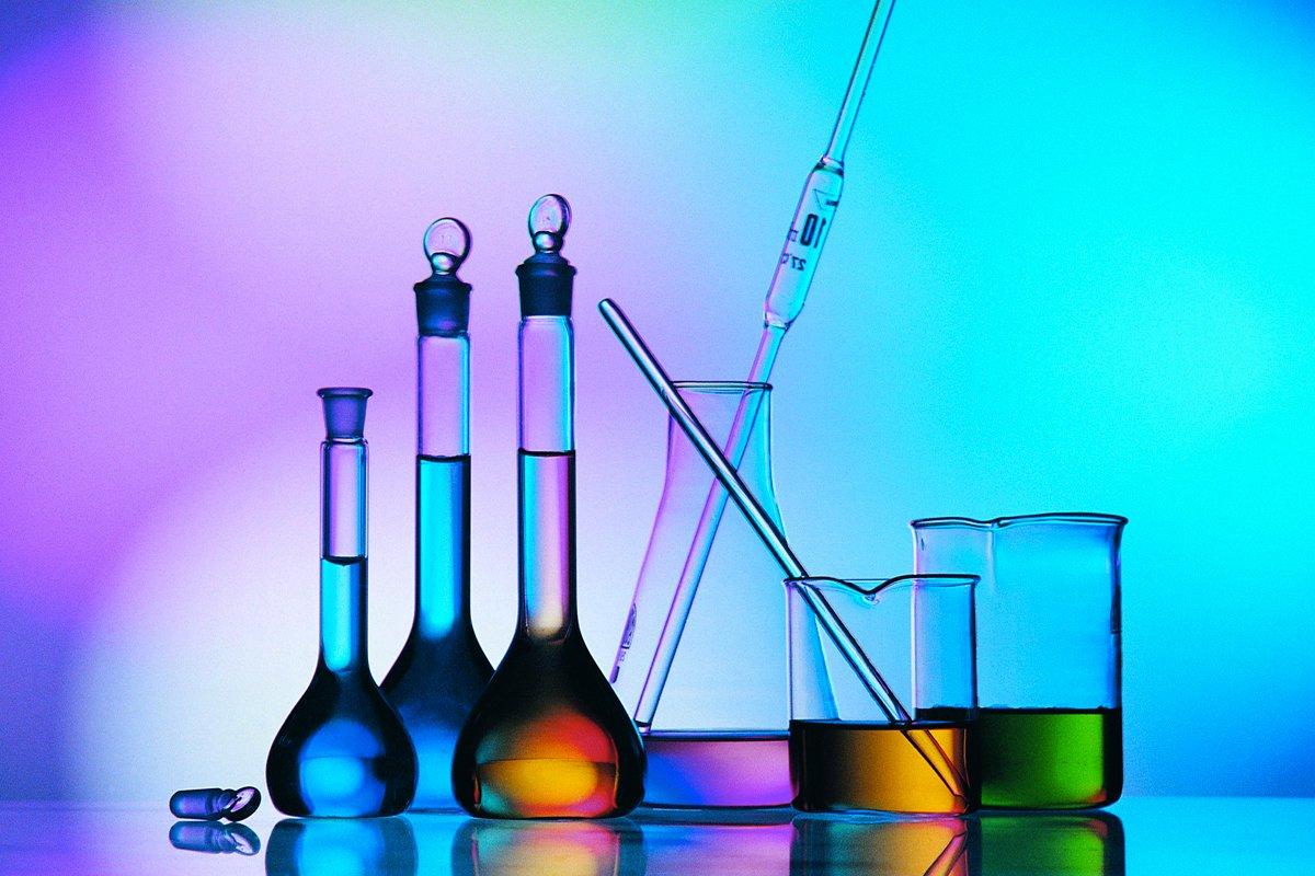 عالم من علماء الكيمياء