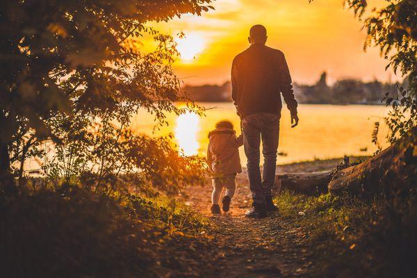 إذاعة مدرسية عن الأب